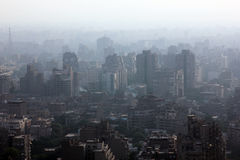 Εναέρια άποψη του συσσωρευμένου Καίρου με το μουντό όρο αέρα στην Αίγυπτο