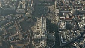 Εναέρια άποψη του συσσωρευμένων τετραγώνου πλατειών del Duomo και του καθεδρικού ναού του Μιλάνου, ορόσημο της κύριας πόλης Ιταλί απόθεμα βίντεο