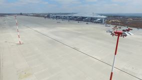 Εναέρια άποψη του σύγχρονου διεθνούς τερματικού αερολιμένων σε όλο το διακινούμενο &kapp Κενή κεραία αερολιμένων Άποψη Στοκ φωτογραφία με δικαίωμα ελεύθερης χρήσης