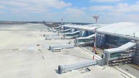 Εναέρια άποψη του σύγχρονου διεθνούς τερματικού αερολιμένων σε όλο το διακινούμενο &kapp Κενή κεραία αερολιμένων Άποψη Στοκ Εικόνες
