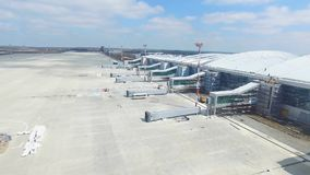 Εναέρια άποψη του σύγχρονου διεθνούς τερματικού αερολιμένων σε όλο το διακινούμενο &kapp Κενή κεραία αερολιμένων Άποψη Στοκ Φωτογραφίες