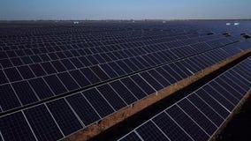 Εναέρια άποψη του τεράστιου τομέα με τις ηλιακές μπαταρίες φιλμ μικρού μήκους