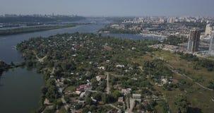 Εναέρια άποψη του τοπίου πόλεων της περιοχής Osokorki και Poznyaki, του δρόμου και των σύγχρονων ουρανοξυστών 4k 4096 X 2160 του  φιλμ μικρού μήκους