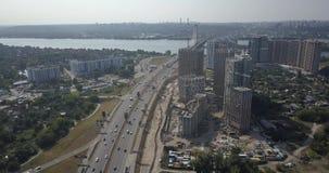 Εναέρια άποψη του τοπίου πόλεων της περιοχής Osokorki και Poznyaki, του δρόμου και των σύγχρονων ουρανοξυστών 4k 4096 X 2160 του  απόθεμα βίντεο