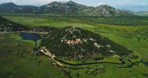 Εναέρια άποψη του τοπίου της λίμνης Skadar στο βουνό και του νησιού με το μοναστήρι μια όμορφη ηλιόλουστη ημέρα απόθεμα βίντεο