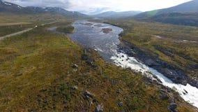 Εναέρια άποψη του τοπίου της Νορβηγίας, ποταμός στην ηλιόλουστη ημέρα στοκ φωτογραφία