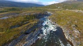 Εναέρια άποψη του τοπίου της Νορβηγίας, ποταμός στην ηλιόλουστη ημέρα στοκ εικόνα με δικαίωμα ελεύθερης χρήσης
