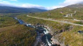 Εναέρια άποψη του τοπίου της Νορβηγίας, ποταμός στην ηλιόλουστη ημέρα στοκ εικόνα