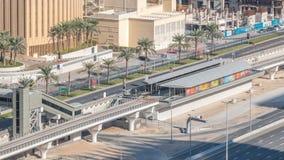 Εναέρια άποψη του τραμ του Ντουμπάι στη μαρίνα του Ντουμπάι timelapse φιλμ μικρού μήκους