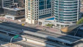 Εναέρια άποψη του τραμ του Ντουμπάι στη μαρίνα του Ντουμπάι timelapse απόθεμα βίντεο