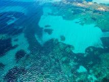 Εναέρια άποψη του τυρκουάζ νερού της Μεσογείου στην Κορσική - Στοκ Εικόνες