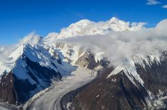 Εναέρια άποψη του υποστηρίγματος Denali - αιχμή ΑΜ Mckinley από ένα αεροπλάνο με τους παγετώνες γύρω από και το μπλε ουρανό ανωτέ στοκ φωτογραφίες με δικαίωμα ελεύθερης χρήσης