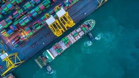 Εναέρια άποψη του φορτηγού πλοίου εμπορευματοκιβωτίων, φορτηγό πλοίο εμπορευματοκιβωτίων στο ΟΜΠ στοκ φωτογραφίες
