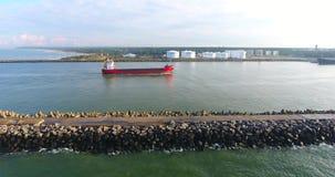 Εναέρια άποψη του φορτηγού πλοίου στην κίνηση από την πλευρική επέκταση απόθεμα βίντεο