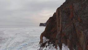 Εναέρια άποψη του χειμερινού τοπίου των δύσκολων βουνών στη λίμνη Baikal φιλμ μικρού μήκους