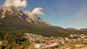 Εναέρια άποψη του χιονοδρομικού κέντρου Busteni στην κοιλάδα Prahova και το βουνό Bucegi στοκ εικόνα