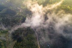 Εναέρια άποψη του χωριού στα Καρπάθια βουνά με τα σύννεφα στο πρώτο πλάνο Στοκ Φωτογραφίες