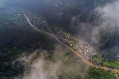 Εναέρια άποψη του χωριού στα Καρπάθια βουνά με τα σύννεφα στο πρώτο πλάνο Στοκ φωτογραφίες με δικαίωμα ελεύθερης χρήσης