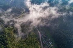 Εναέρια άποψη του χωριού στα Καρπάθια βουνά με τα σύννεφα στο πρώτο πλάνο Στοκ εικόνα με δικαίωμα ελεύθερης χρήσης