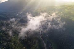 Εναέρια άποψη του χωριού στα Καρπάθια βουνά με τα σύννεφα στο πρώτο πλάνο Στοκ φωτογραφία με δικαίωμα ελεύθερης χρήσης