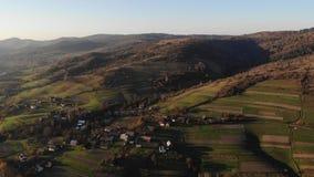 Εναέρια άποψη του χωριού Lastivka Carpathians Χρόνος φθινοπώρου, ταξίδι στη δυτική Ουκρανία Ομαλή μύγα προς τα εμπρός πέρα από φιλμ μικρού μήκους