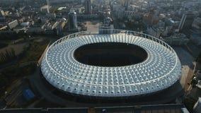 Εναέρια άποψη του χώρου ποδοσφαίρου στην πόλη στο ηλιοβασίλεμα απόθεμα βίντεο