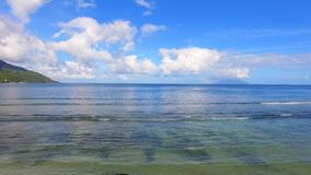Εναέρια άποψη του ωκεανού, της παραλίας, του ουρανού και του τροπικού νησιού, Σεϋχέλλες απόθεμα βίντεο