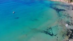 Εναέρια άποψη του όμορφου κόλπου με το κρύσταλλο - καθαρίστε το νερό στη Μεσόγειο, Κύπρος, κόλπος κοραλλιών φιλμ μικρού μήκους