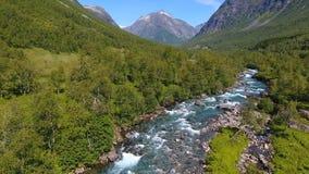 Εναέρια άποψη του όμορφου ποταμού βουνών κοντά σε Trollstigen, Νορβηγία στοκ εικόνες