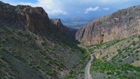 Εναέρια άποψη του όμορφου δρόμου που περνά μέσω του φαραγγιού στην Αρμενία φιλμ μικρού μήκους