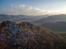 Εναέρια άποψη του δύσκολων απότομου βράχου, των ορεινών περιοχών και της σειράς βουνών στοκ φωτογραφίες με δικαίωμα ελεύθερης χρήσης