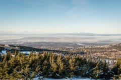 Εναέρια άποψη του Anchorage από το επίπεδης κορυφής βουνό στο χειμώνα Στοκ Εικόνες