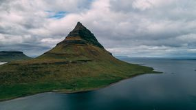 Εναέρια άποψη του kirkjufell στο βουνό της Ισλανδίας στοκ φωτογραφίες