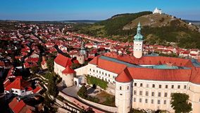 Εναέρια άποψη του Mikulov Castle, νότια Μοραβία, Δημοκρατία της Τσεχίας απόθεμα βίντεο