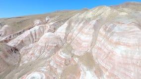Εναέρια άποψη του treeless τοπίου βουνών απόθεμα βίντεο