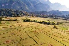 Εναέρια άποψη των αγροτικών τομέων και των σχηματισμών βράχου σε Vang Vieng, Λάος Το Vang Vieng είναι ένας δημοφιλής προορισμός γ στοκ εικόνες με δικαίωμα ελεύθερης χρήσης