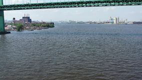 Εναέρια άποψη των αεριωθούμενων σκιέρ στον ποταμό Φιλαδέλφεια PA του Ντελαγουέρ απόθεμα βίντεο