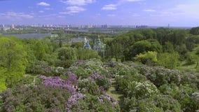 Εναέρια άποψη των ανθίζοντας πασχαλιών και της εκκλησίας του βοτανικού κήπου, Κίεβο, Ουκρανία απόθεμα βίντεο