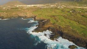 Εναέρια άποψη των απότομων βράχων και του Ατλαντικού Ωκεανού Tenerife, κηφήνας πυροβοληθείς άνωθεν, νησιά Canarias, Ισπανία απόθεμα βίντεο