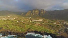 Εναέρια άποψη των απότομων βράχων και του Ατλαντικού Ωκεανού Tenerife, κηφήνας πυροβοληθείς άνωθεν, νησιά Canarias, Ισπανία φιλμ μικρού μήκους