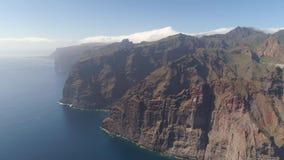 Εναέρια άποψη των απότομων βράχων Los Gigantes Tenerife, κηφήνας πυροβοληθείς άνωθεν, νησιά Canarias, Ισπανία φιλμ μικρού μήκους