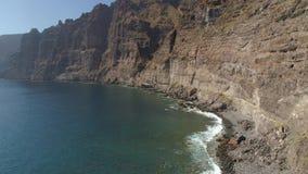 Εναέρια άποψη των απότομων βράχων Los Gigantes Tenerife, κηφήνας πυροβοληθείς άνωθεν, νησιά Canarias, Ισπανία απόθεμα βίντεο