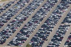 Εναέρια άποψη των αυτοκινήτων χώρων στάθμευσης Στοκ εικόνα με δικαίωμα ελεύθερης χρήσης