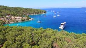 Εναέρια άποψη των βαρκών που δένονται στην αδριατική θάλασσα απόθεμα βίντεο