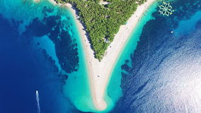 Εναέρια άποψη των βαρκών που περνούν την αμμώδη παραλία στο νησί Brac, Κροατία απόθεμα βίντεο