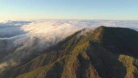 Εναέρια άποψη των βουνών και της ομίχλης που σέρνονται οι απότομοι βράχοι στο ηλιοβασίλεμα Tenerife, Κανάρια νησιά, Ισπανία φιλμ μικρού μήκους