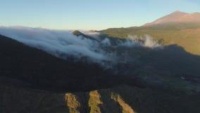 Εναέρια άποψη των βουνών και της ομίχλης που σέρνονται οι απότομοι βράχοι στο ηλιοβασίλεμα Tenerife, Κανάρια νησιά, Ισπανία απόθεμα βίντεο