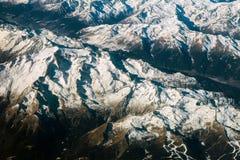 Εναέρια άποψη των βουνών ορών που καλύπτονται με το χιόνι Στοκ Εικόνες