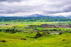 Εναέρια άποψη των γεωργικών τομέων και των πράσινων λόφων τη νεφελώδη ημέρα άνοιξη  Βουνά του Cruz Santa στο υπόβαθρο, νότος SAN στοκ φωτογραφία με δικαίωμα ελεύθερης χρήσης