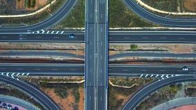 Εναέρια άποψη των δρόμων που κόβουν με την κυκλοφορία αυτοκινήτων φιλμ μικρού μήκους